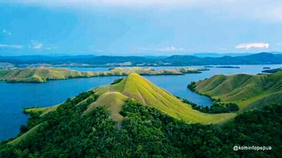 SENTANI LAKE TOURISM DESTINATION The shape of Lake Sentani which does not make but winding produces many beautiful views of the headland and the bay  By Abdon Sambom