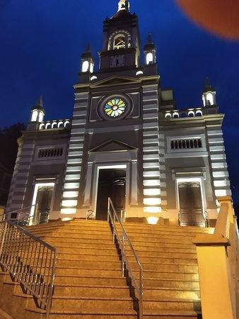 Fachada da Igreja sobre sua imponente escadaria.