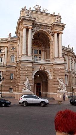 Impozáns bejárata már messziről látható a Riseljevszkaja (sugár)úton.