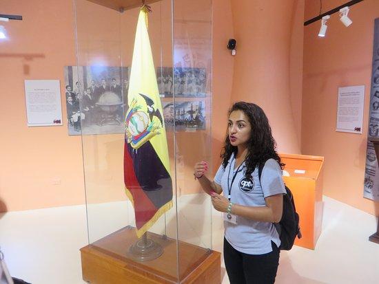 Montecristi, Эквадор: Our guide with Ecuadorian flag in museum