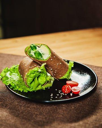 Буррито Авокадо - классический нежный сыроедческий ролл.  Овощной лаваш для ролла мы заботливо высушиваем в дегидраторе при температуре до 42 градусов, поэтому он сохраняет все полезные свойства продуктов входящих в его состав. Наслаждайтесь необычными вкусами полезных продуктов!