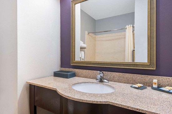 Dumas, TX: Guest room bath