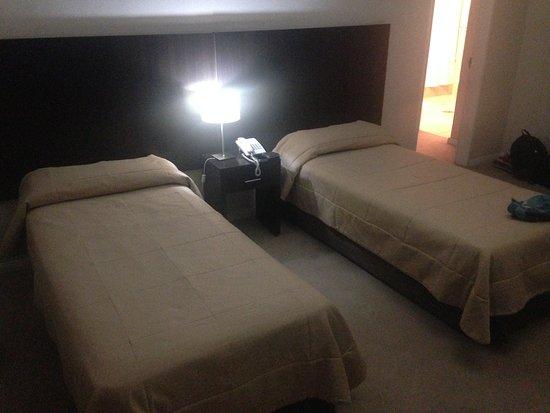 Zapala, Argentina: La misma habitación posee dos camas individuales y junto a ésta la habitación con cama matrimonial, ideal para un matrimonio con dos hijos.