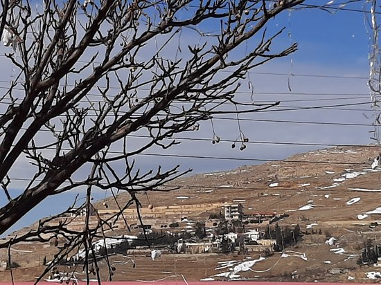 Bloudan, Syrie : Another beautiful view from the Mandalon Restaurant. Note the snow!