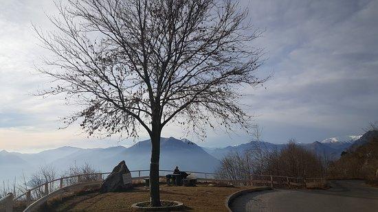 Esino Lario, Italy: Passo Agueglio (1142 m). Questo passo mette in comunicazione Varenna ed Esino con la Valsassina, offre una vista mozzafiato sul Lago di Como e sulle Grigne. (2 Febbraio 2020 alle 15,30)