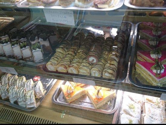 Central Hungary, Ungarn: Pasteleria iraní... Mala decisión... Los pasteles sabían a rayos ⚡⚡⚡⚡⚡