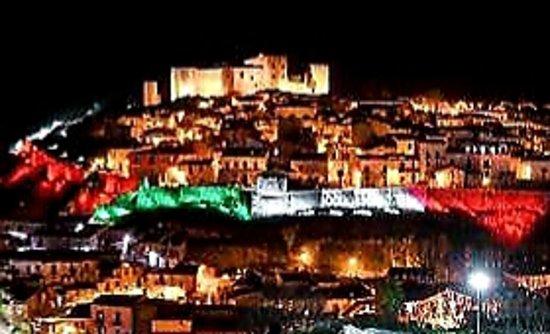 Basilicata, Italia: 💚  Melfi (PZ), l'imponente Castello medievale .... e i colori della bandiera italiana ❤