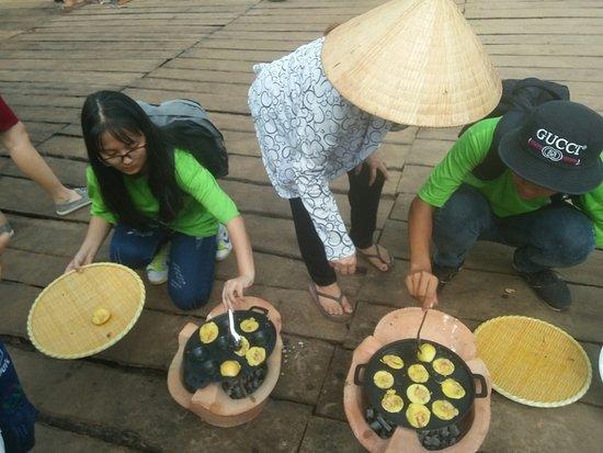 Провинция Бенче, Вьетнам: Các bé học sinh trổ tài đổ bánh khọt