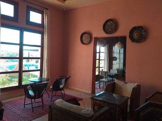 Tissint, Maroko: salon et à droite la salle à manger. Ces pièces donnent sur la piscine.