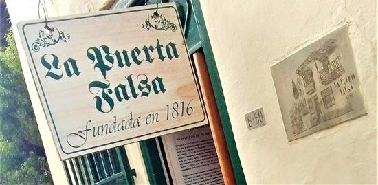 Letrero en la entrada del restaurante