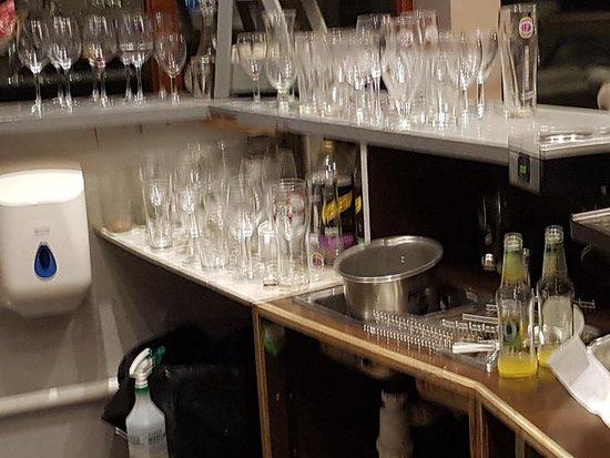 Madeley, UK: Filthy bar