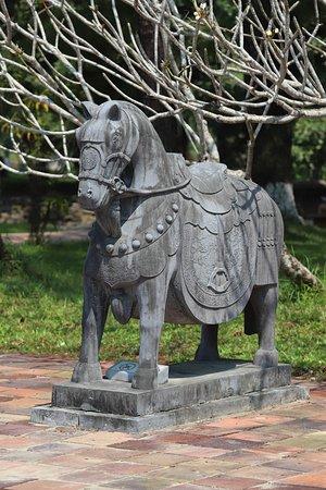 Statue cheval dans la cour