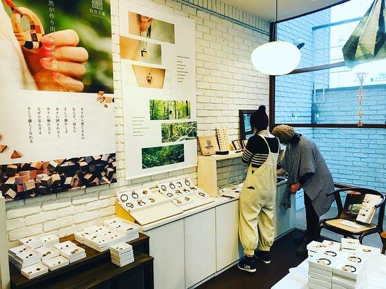Tottori, Japonia: 半地階のギャラリーショップの入り口付近は毎月特集が入れ変わるのでいつも新鮮です。