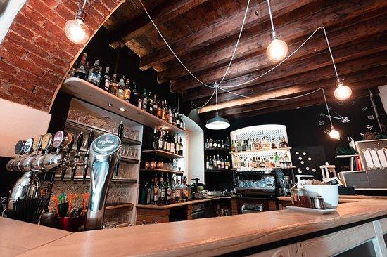 Casarza Ligure, Ý: Bancone bar con 6 vie di birra alla spina