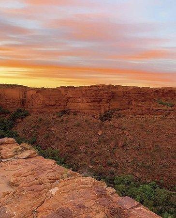 Kings Canyon, Úc: レッドセンターに行くときは、ワタルカ国立公園のキングスキャニオンに立ち寄るのを忘れないでくださいね。アリススプリングスから4時間半、そしてウルルから3時間で、見るまで信じられないような絶景が待っています!  Photo by roaming_offtrack