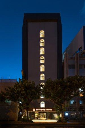 ホテル(夜)の外観です。
