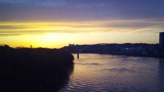 Bratislava Region, Slovakia: Bratislava al tramonto vista dal Danubio