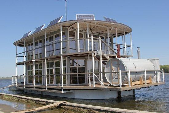 Novosibirsk Oblast, Russia: Плавучая дача. Все удобства, электричество, газ, вода, теплые полы, кухня, 4 спальни, санузел, кают-компания, прогулочная палуба. Может отплывать от берега. Мангал, тандыр. Для небольшой семьи. Место отличное, можно рыбачить прямо с палубы.