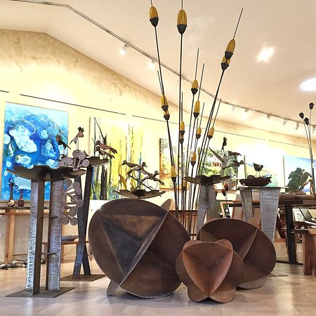 Yarragon, Австралия: Sculptures, paintings and furniture by local artists.