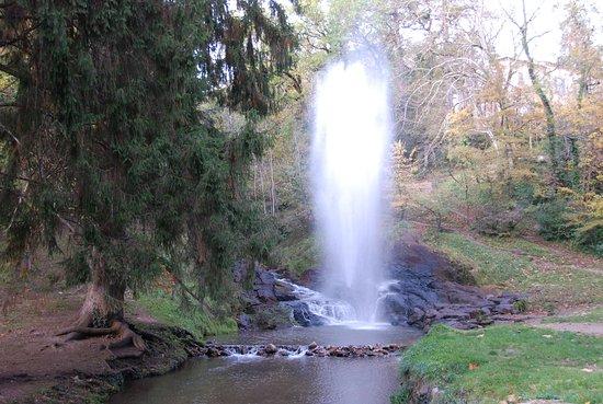 Saint Ferreol, Francia: Souvenirs Régions Occitanie France --- Geyser et cascades source d'alimentation du Canal du Midi près du Lac de Saint Ferréol à Revel