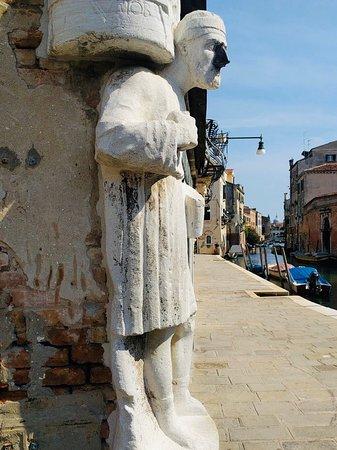 Questa statua si chiama Antonio Rioba ho sentito fin da piccola tante storie su di lui leggende oppure verità ? Mà .. io ci credo e ogni volta che lo vedo gli tocco il naso di ferro e d esprimo un desiderio non si sa mai ❤️❤️❤️