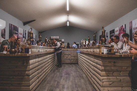 Uttoxeter, UK: Neil Harrison founder of Nelson's Distillery & School teaching a full Gin & Vodka School!