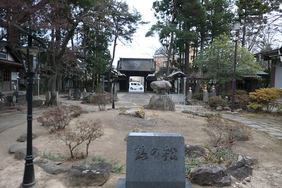神社の手前にある仙岳院の境内の様子