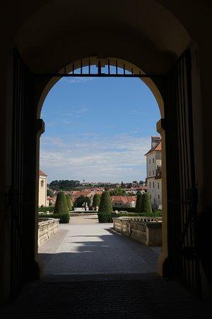 古城から街を眺める