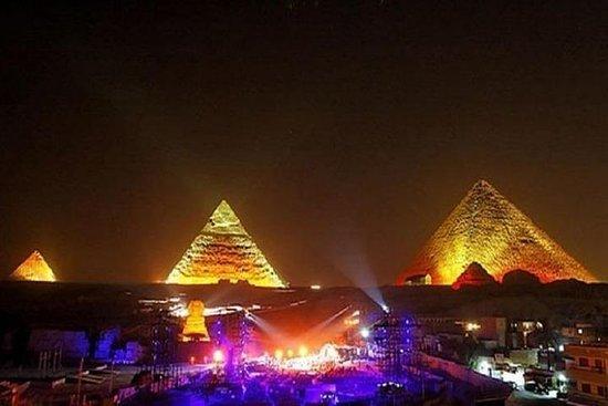 Geluids- en lichtshow bij de piramides Foto