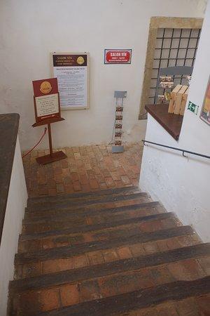 ワインケラー(サロン)へと下りる階段