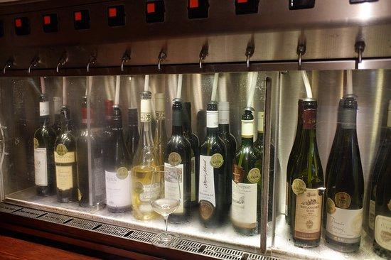 テイスティング可能なボトルが並ぶ