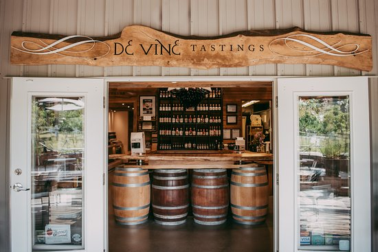 Central Saanich, Canada: Welcome to our cozy tasting room. It's barrels of fun in there;)