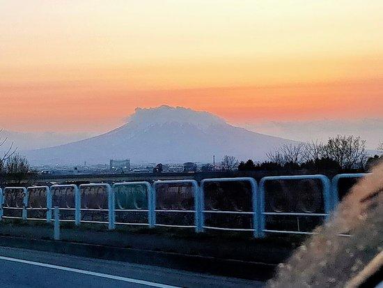 夕暮れでキレイな山姿でした