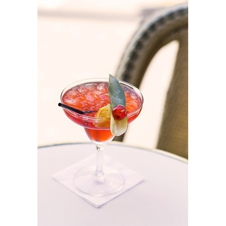 C'est l'heure d'un Cosmopolitan maison ! 🍸 Ingrédients : * 4cl de Vodka * 2cl de cointreau * 2cl de jus de cranberry * 1cl de jus de citron Recette : Versez dans un shaker tous les ingrédients avec des glaçon. Servir dans un verre à pied. Pour la touche du Général Lafayette, rajoutez une feuille d'aloé vera et une tranche d'orange. 🍊 ▪️ Crédit : @agencemohca ▪️▪️▪️#lunch #instagood #photooftheday #beautiful #picoftheday #food #restaurant #chef #dejeuner #paris #generallafayette #yummy #fo