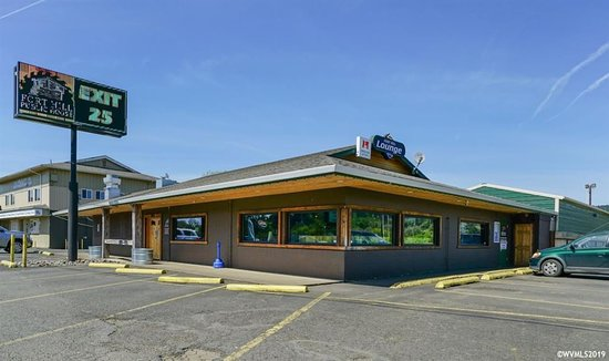 Willamina, OR: Front of Restaurant (left) and Lounge (right)