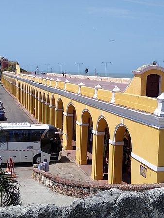 Una vista desde el sector del Baluarte Santa Catalina, con sus múltiples arcos y su llamativo color amarillo.