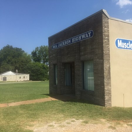 Sheffield, AL: This is the actual Muscle Shoals Studio where soooo much good music was created.  It is so unassuming, just a modest building on a near vacant block.