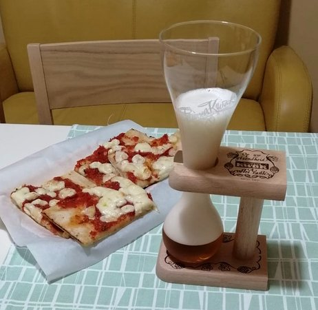 Επαρχία της Νάπολης, Ιταλία: Classica Pizza Italiana ( pomodoro e mozzarella ) ..... , classica Birra nord - europea !  Sabato sera  familiare  più  CLASSICO di questo .... , non c'è  !!
