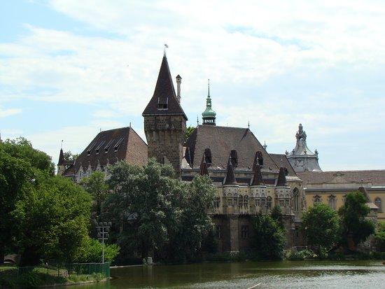 Central Hungary, Ungarn: Precioso castillo en un entorno ajardinado, próximo a un lago con el que se puede pasear en barca de pedales y en invierno patinar sobre el hielo