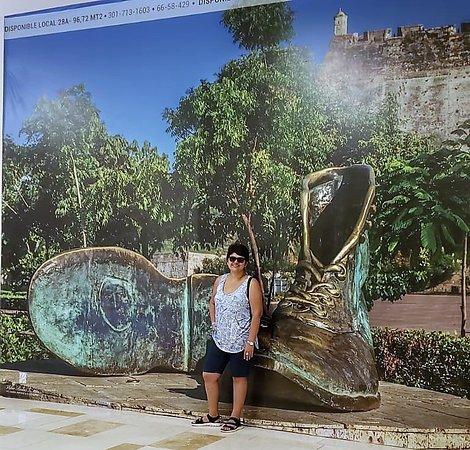 """Posando con la fotografía gigante del monumento """"zapatos viejos"""""""