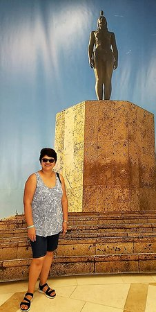 Posando con la fotografía gigante del monumento de la Indica Catalina
