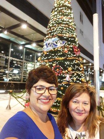 Posando en el árbol de navidad que adornaba la entrada del Centro Comercial