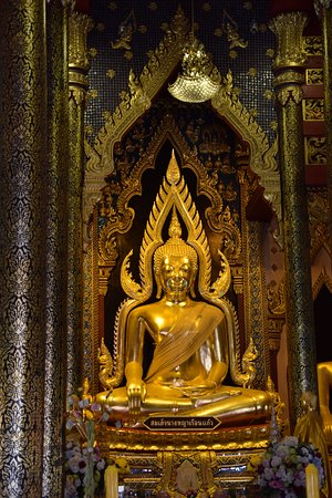 Interior of the temple with Phra Buddha Chinnarat.