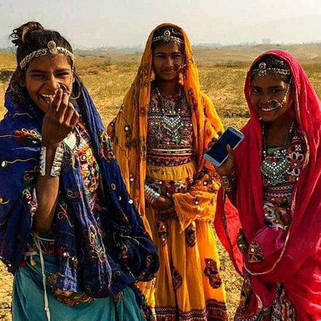 Jodhpur District, Indie: The women of modern Rajasthan.