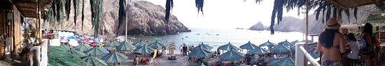 Mollendo, Peru: Ambiente com muitas pessoas, música alta e local agitado, não sou de festas, mas o local parecia animado com muita dança e música