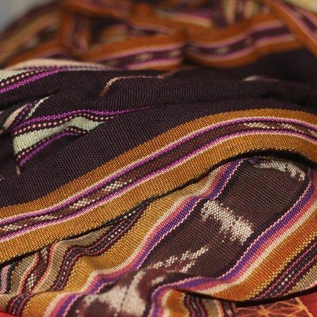 Lewoleba, Indonesien: Salah satu tenunan  mama mama dan gadis lembata,yang biasa di gunakan untuk keseharian dan untuk urusan adat serta pajangan.Hasil tenunan ini dapat di jumpai di masing masing kecamatan dengan motif dan corak yg berbeda, bahasa  lokalnya (Kwatek.)