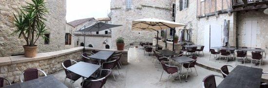 Monflanquin, France: Une belle terrasse.