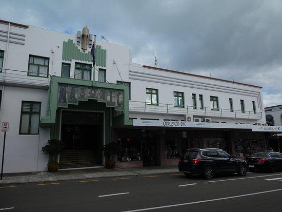 Napier, Nuova Zelanda: アールデコ建築玄関「MASONIC」サインの左側が店舗です
