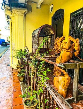 มาเลเซีย: Old rickshaw displayed with a carved wooden horse 🐎 on a veranda in old Melaka