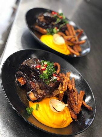 Hovädzie mäsité rebrá, mrkvové pyré, škoricové bataty z ponuky ALA CARTE